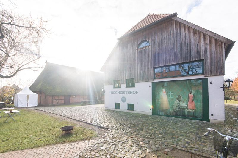 Matthias Friel: Hochzeitshof Ausstattung &emdash;
